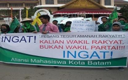 Mahasiswa Demo Tuntut   DPRD Peduli Masyarakat Bentrok Degan Petugas