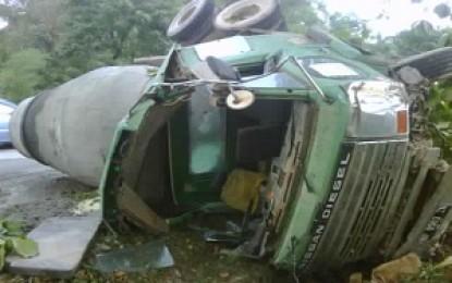 Mobil Berat Bermuatan Semen Terguling di Tiban Kampung