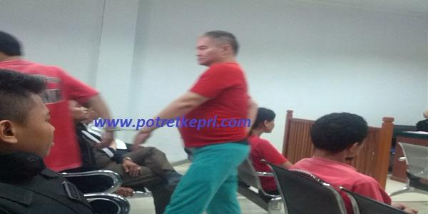 Terdakwa kepemilikan narkotika tanpa ijin,Jhon Brother.berjalan diruang sidang usai mendengarkan tuntutan Jaksa Penuntut Umum (JPU) di PN Batam ,pada Kamis (21/4/16) foto (potretkepri.com)