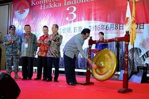 Gubernur Kepri , H . Nurdin Basirun , saat membuka acara Hakka Indonesia di Swissbel Hotel , Batam . foto / hms ( potretkepri.com)