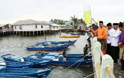 Bupati Bintan Serahkan Bantuan Kapal dan Asuransi Nelayan