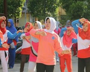 Hj. Handayani Ariza Olahraga Senam Sehat Bersama Bersama Puluhan Kader Posyandu