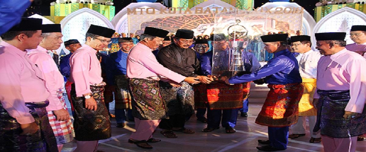 Camat Batu Ampar memyerahkan Piala Bergilir MTQ tahun 2016 Kepada Walikota untuk di perebutkan pada MTQ Tingkat Kota Batam Ke- 29 Tahun 2018 di Tanjung Riau Sekupang .