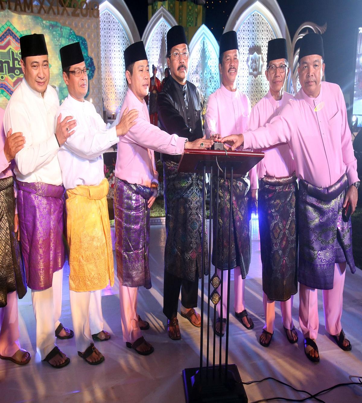 Gubernur Kepri, H. Nurdin Basirun Bersama FKPD Kota Batam menekan tombol sirine tanda dibukanya MTQ ke- 29 Tingkat Kota Batam Tahun 2018 ...
