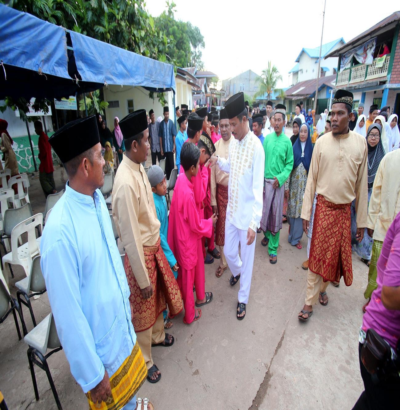Masyarakat Pulau Selat Nenek antusias menyambut kedatangan H Muhammad Rudi di Masjid Darul Graful Selat Nenek Kecamatan Bulang.