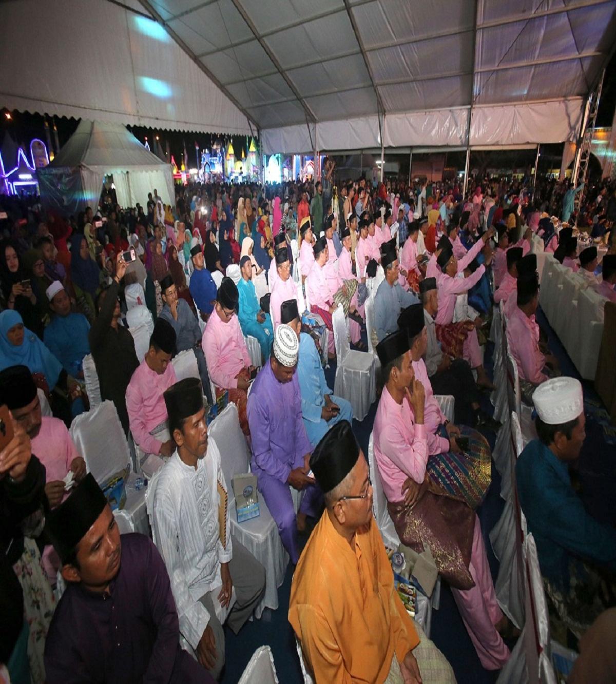 Masyarakat antusias menyaksikan Pembukaan MTQ ke- 29 Tingkat Kota Batam di Lapangan Bola Gladi Bakar Jaya Kelurahan Tanjung Riau Sekupang.
