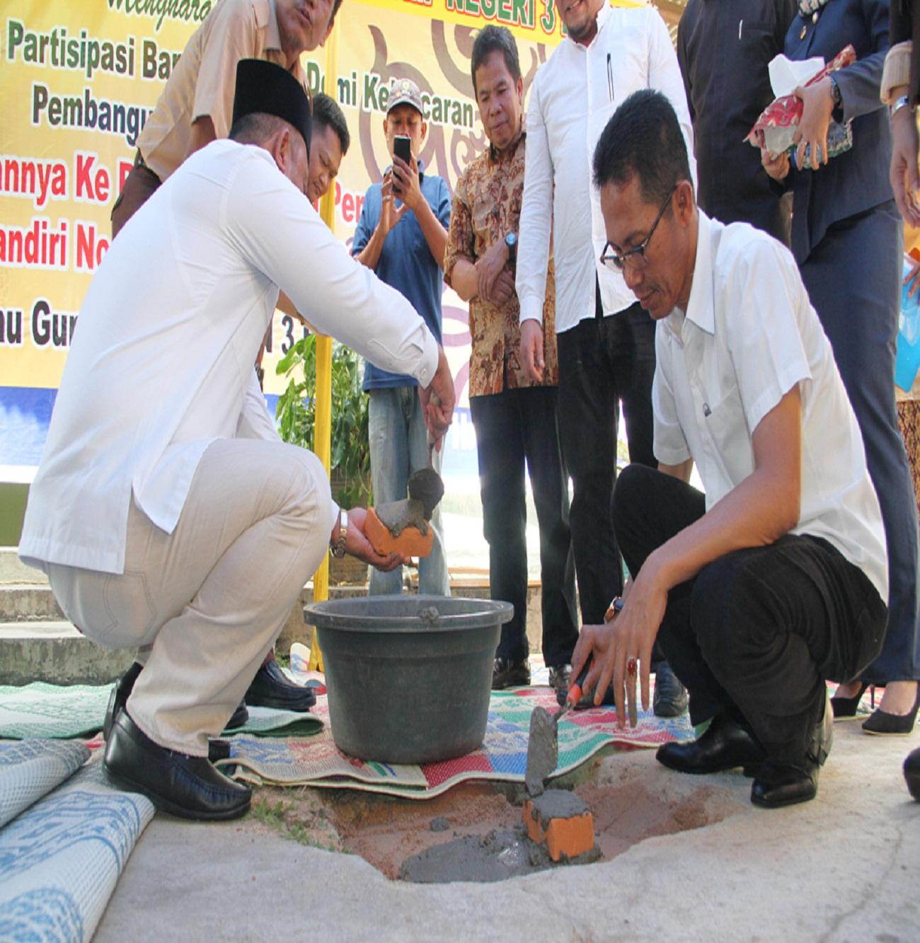 Wakil Walikota Batam Amsakar Achmad melatakan batu pertama pembagunan Mushola SMP 3 Sekupang.