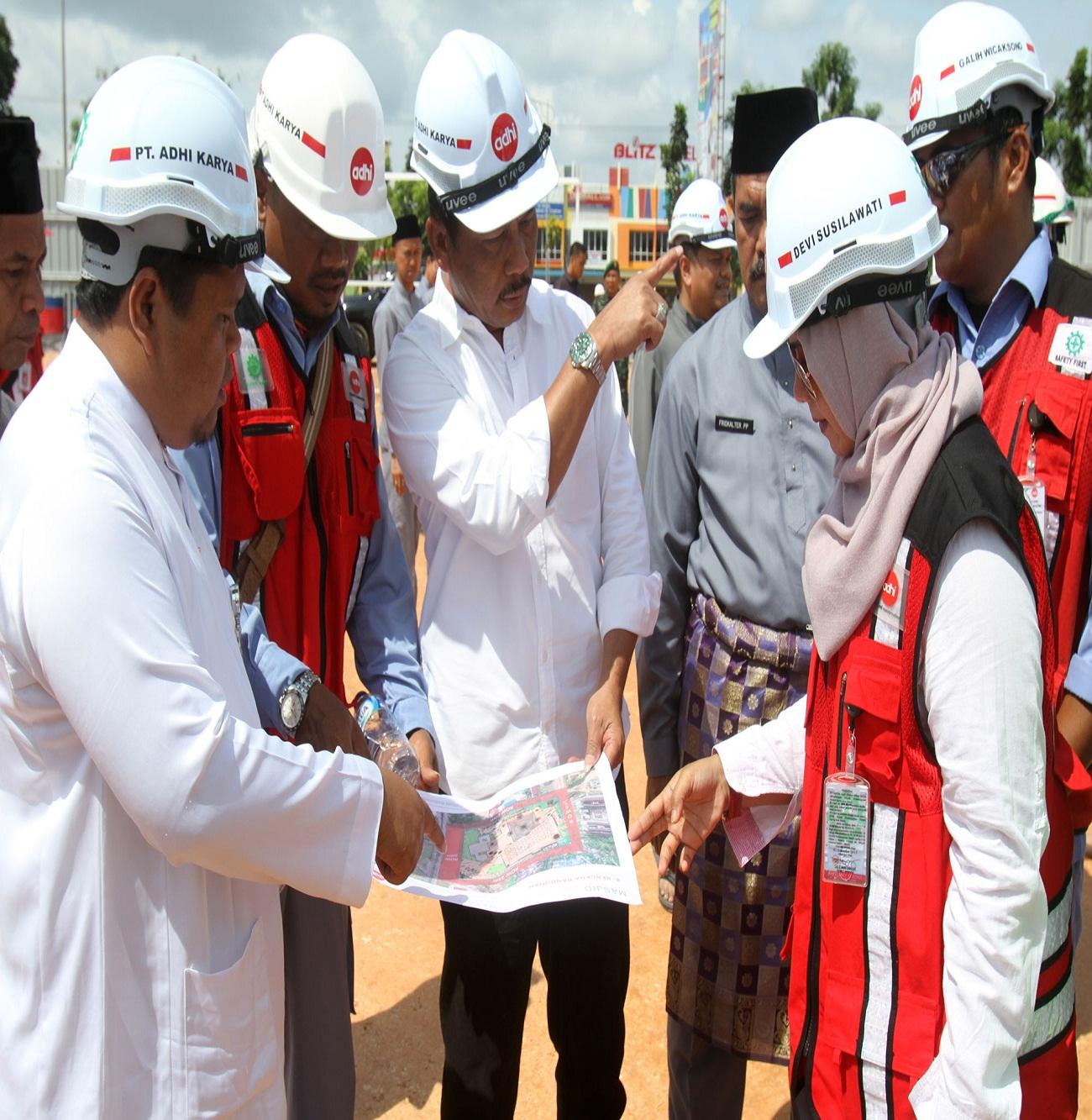 Walikota Batam H M Rudi saat meninjau Pembagunan Masjid Agung di Batuaji.
