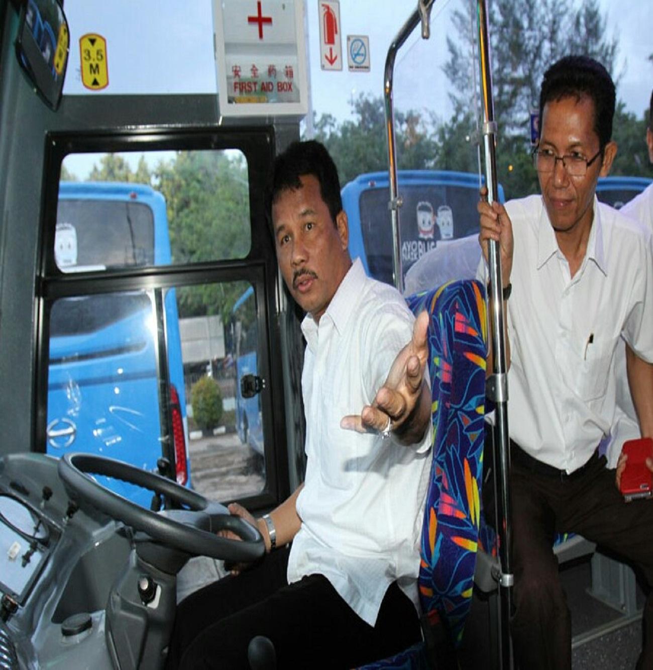 Walikota Batam di dampingi Wakil Walikota saat mencoba Bus Trans Batam.