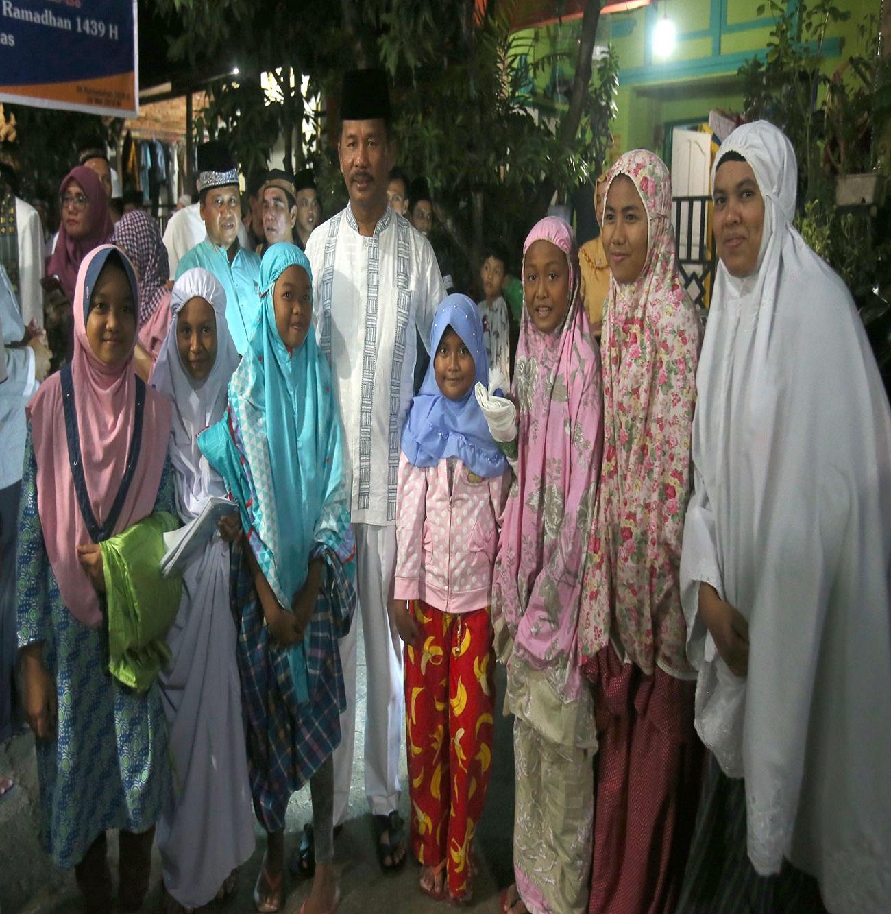 Walikota Batam foto bersama jamaah Masjid Jabal Nur Perumahan Villa Mas Kelurahan Sungai Panas.