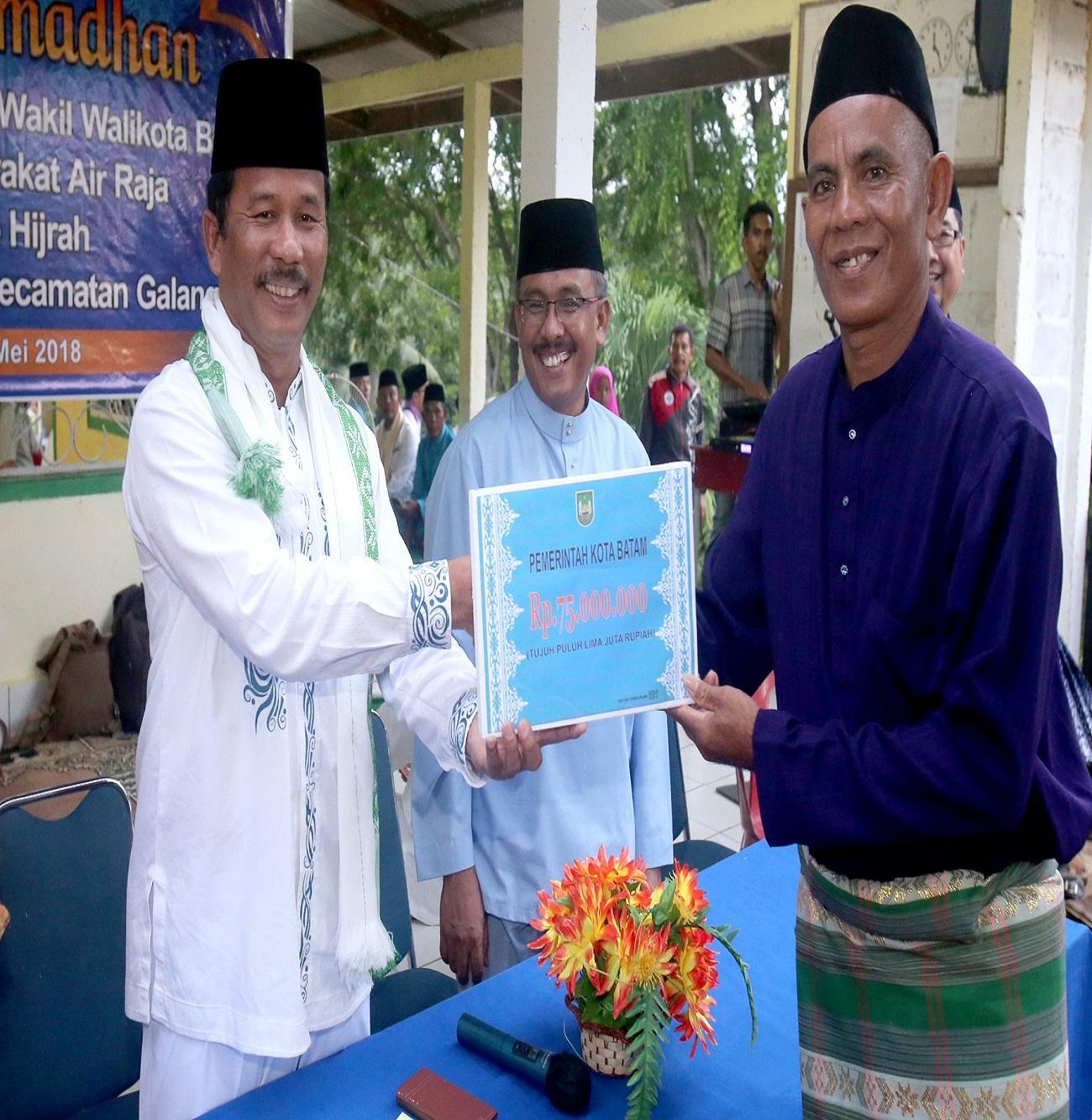 Walikota Batam memberikan Bantuan pembangunan Masjid al Hijrah Kelurahan Air Raja Kecamatan Galang.
