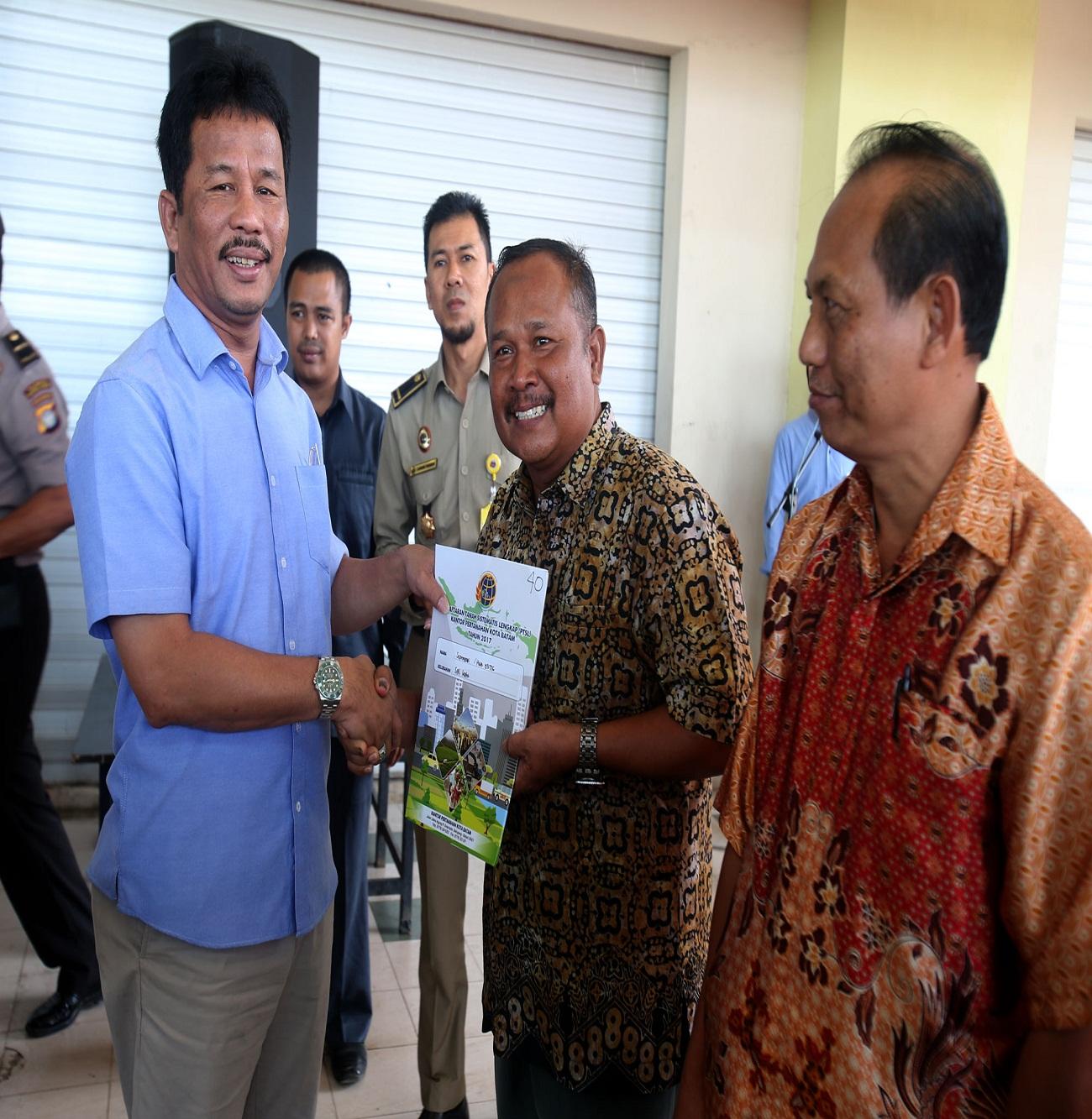 Walikota Batm memberikan sertipikat Gratis Program Nasional (Prona).