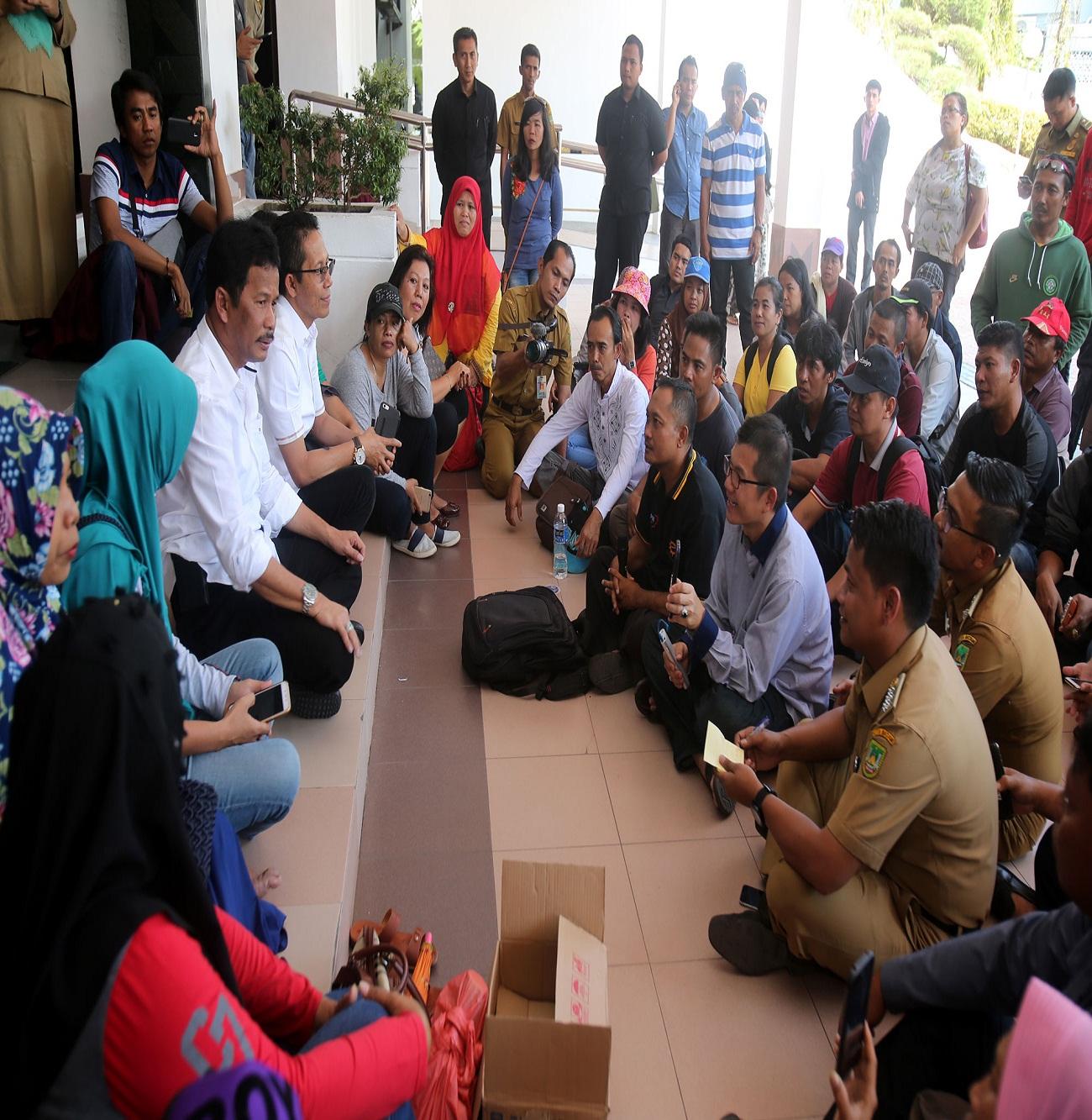 Walikota dan Wakil Walikota Batam saat menerima Aspirasi Warga di teras Kantor Walikota Batam.