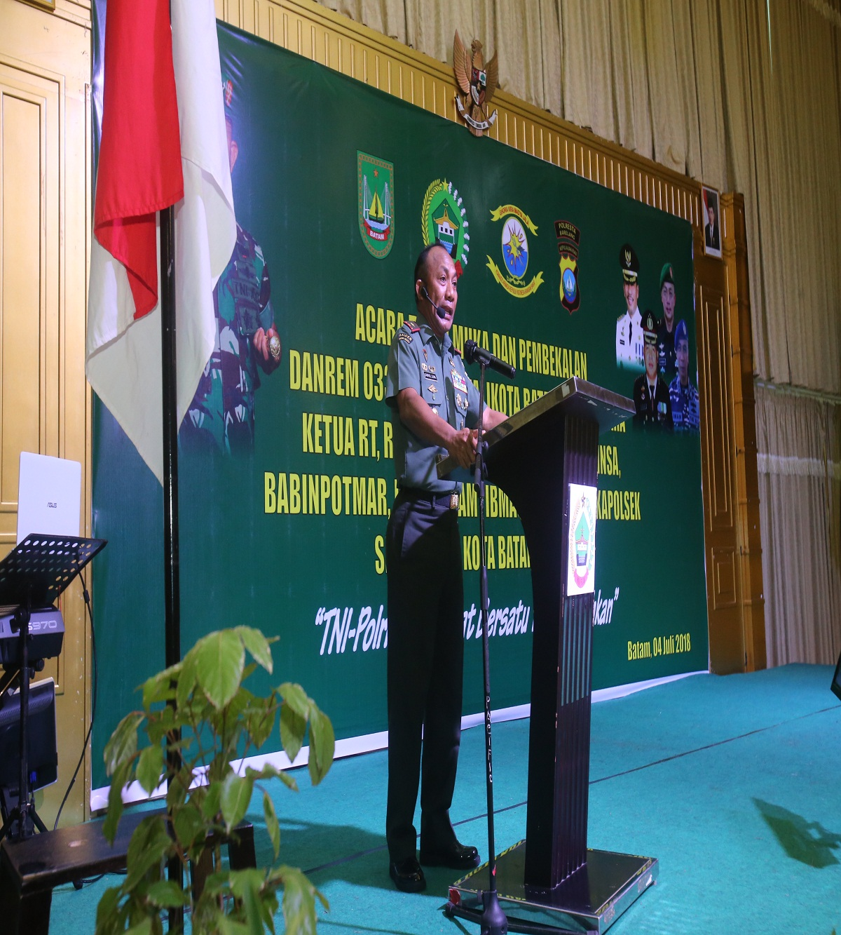 Komandan Korem 033 Wira Pratama Brigjen TNI Gabriel Lema memberikan Pembekalan kepada jajaran RT RW, Babinsa, Babinkabtibmas, Lurah dan Camat se Kota Batam.