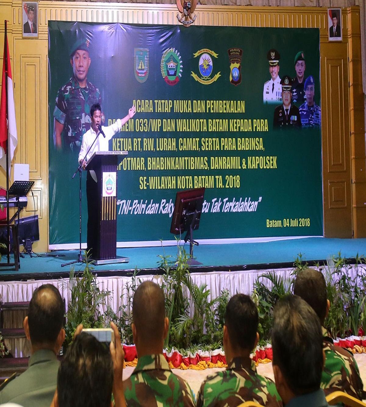 Walikota Batam H Muhammad Rudi memberikan sambutan pada Acara Pembekalan bagi RT RW, Babinsa dan Babinkamtibmas se Kota Batam.