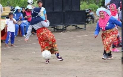 Ibu-ibu Kelurahan Gunung Lengkuas Main Bola