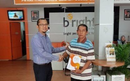Berikan Pelayanan Terbaik di Hari Pelanggan Nasional, bright PLN Batam Bagikan Cinderamata