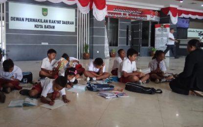 Akibat Sekolahnya Digusur Pengembang , Anak SD Ini Belajar Dilantai Gedung Dewan