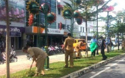 Humas DPRD Batam Peduli Kebersihan Lingkungan