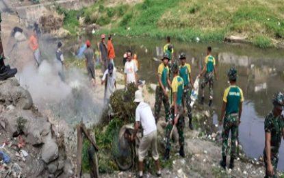 Menarmed 1/PY/2-Kostrad Bantu Warga Bersihkan Sungai Brantas