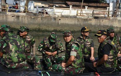 Danrem 084/Bhaskara Jaya Susuri Sungai Kalimas