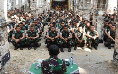 Prajurit Yonarmed 12/Divif 2 Kostrad Diwejang Letkol Arm Ronald Siwabessy