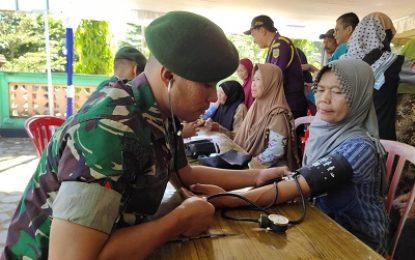 Paket Sehat Bersama TNI, Yonarmed 12/Divif 2 Kostrad Gelar Pengobatan Gratis