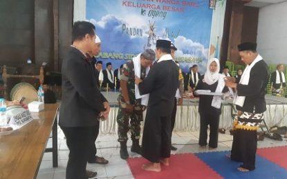 Babinsa Tandes Terima Cinderamata dari Guru Besar Pencak Silat Surabaya