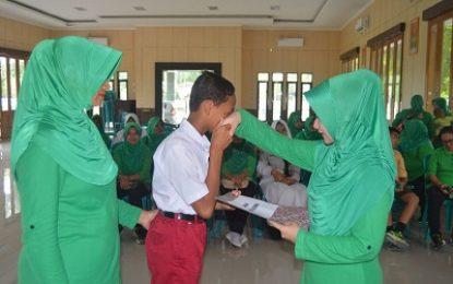 Apresiasi Anak Berprestasi, Persit KCK Ranting 4 Yonarmed 12/Divif 2 Kostrad Serahkan Beasiswa